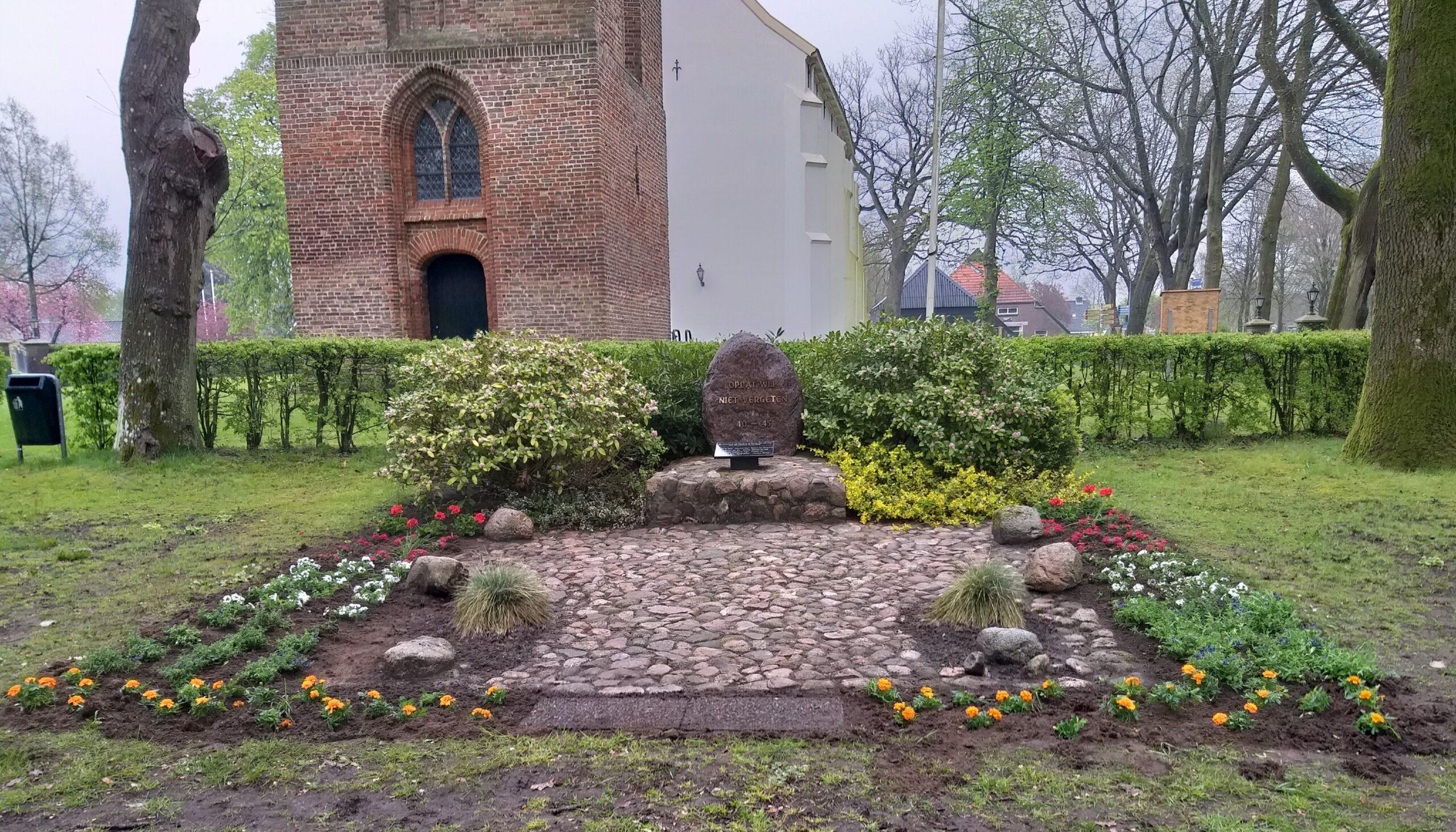 Monument bij de kerk